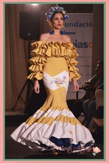 Traje de flamenca amarillo con volantes en el escote palabra de honor de Amalia Vergara en Emprende Lunares 2018