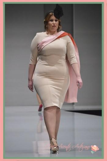 Vestido básico en beige para chicas curvy de Rosas Rosas en Code41 Trending