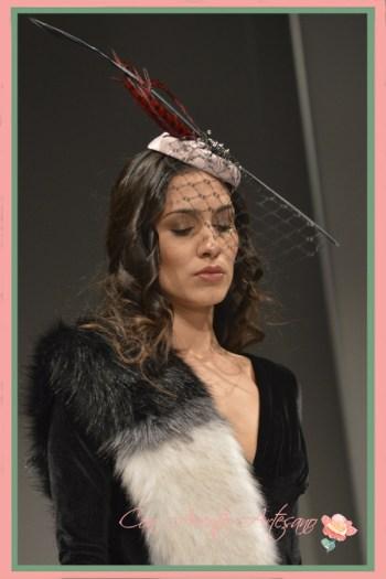 Tocado con velo y plumas de faisán de Alberto Muñoz en Sevilla de Boda