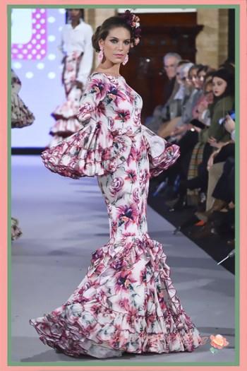 Traje de flamenca de vuelo canastero y de capa con estampado de flores de Carmen Acedo