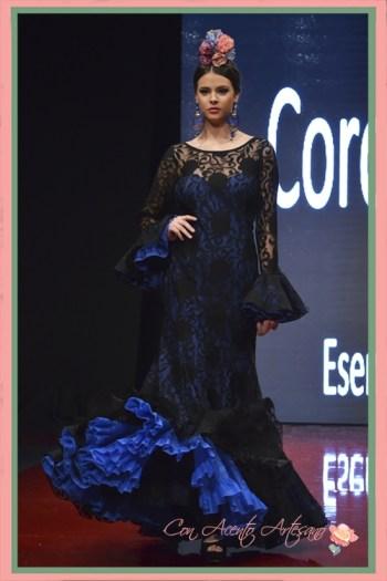 Traje de flamenca con sobrevestido de encaje negro de Cinta Coronel