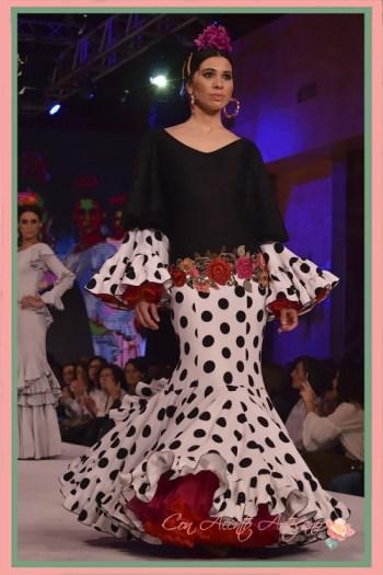 Traje de flamenca de lunares negros y flores bordadas de El Ajolí en Pasarela Doñana D´Flamenca 2018