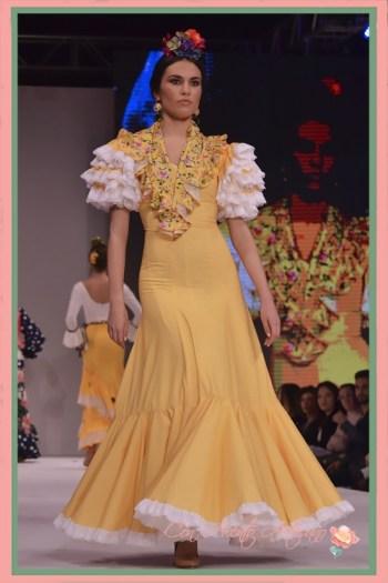 Traje de flamenca setentero en amarillo con lunar pequeño de El Ajolí en Pasarela Doñana D´Flamenca 2018