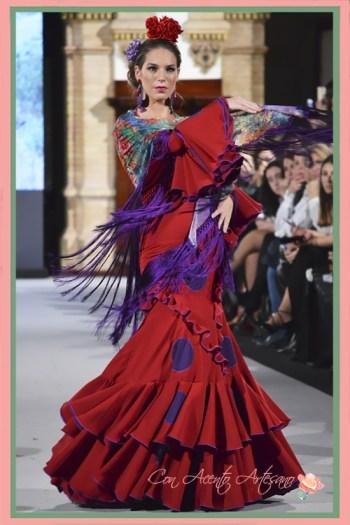 Traje de flamenca rojo con lunares ultravioletas de El Ajolí en We Love Flamenco 2018