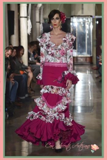 Traje de flamenca estampado de flores con falda lisa de El Madroñal