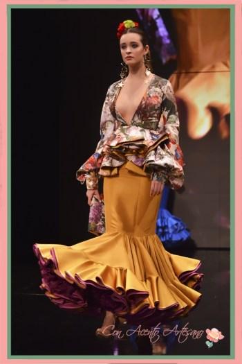Traje de flamenca de cuerpo estampado y falda con vuelo de capa de Miríam Galvín en SIMOF 2018
