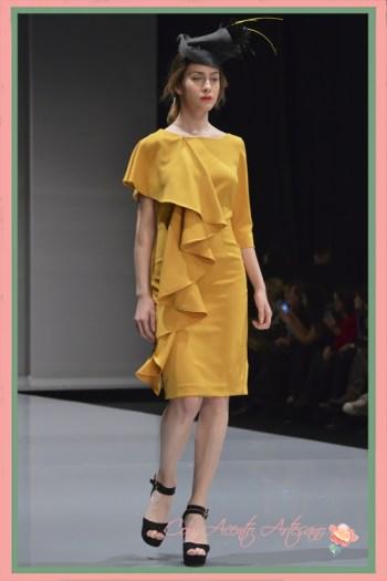 Vestido amarillo con volante al hombro y asimetría en mangas de Eva Valderrama