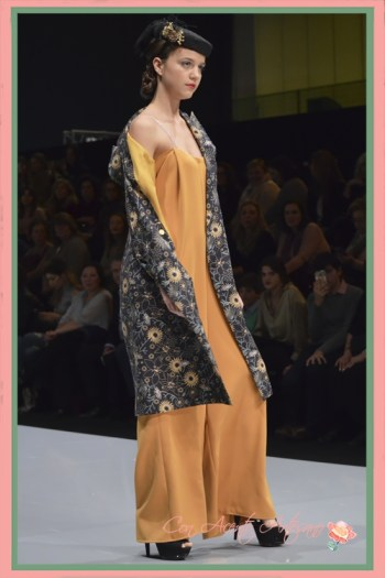 Mono amarillo a juego con abrigo estampado de Eva Valderrama en Code41 Trending
