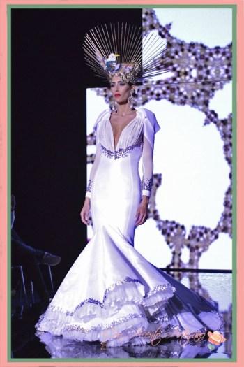 Vestido de novia de Francisco Tamaral y tocado de Francisco de la Torre cerrando el desfile de la colección de moda flamenca 'Caleidoscopio' de Francisco Tamaral en SIMOF 2018