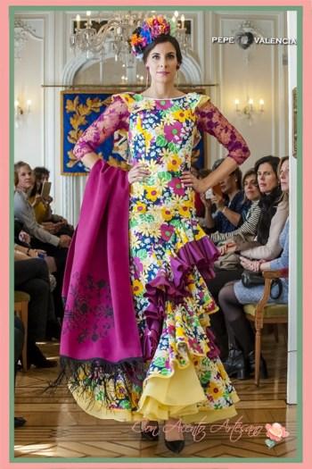 Traje de flamenca estampado con enaguas en amarillo y mangas de encaje buganvilla de María José Segura