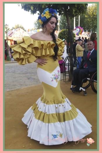 Traje de flamenca amarillo de Amalia Vergara canastero de escote palabra de honor