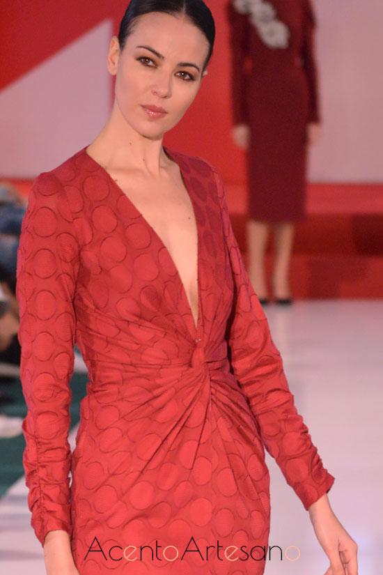 Vestido ajustado de fruncido en puños y cintura de Manuela Martínez