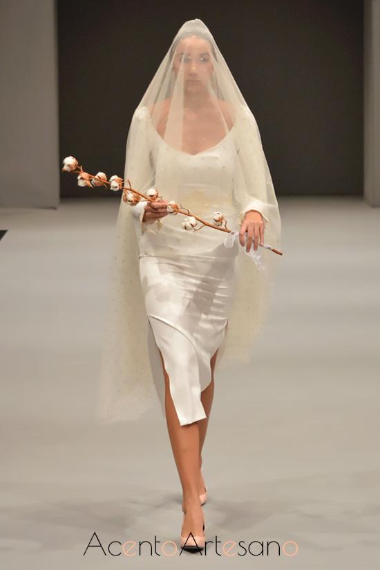 Vestido de novia de silueta lápiz y largo midi de María Amador