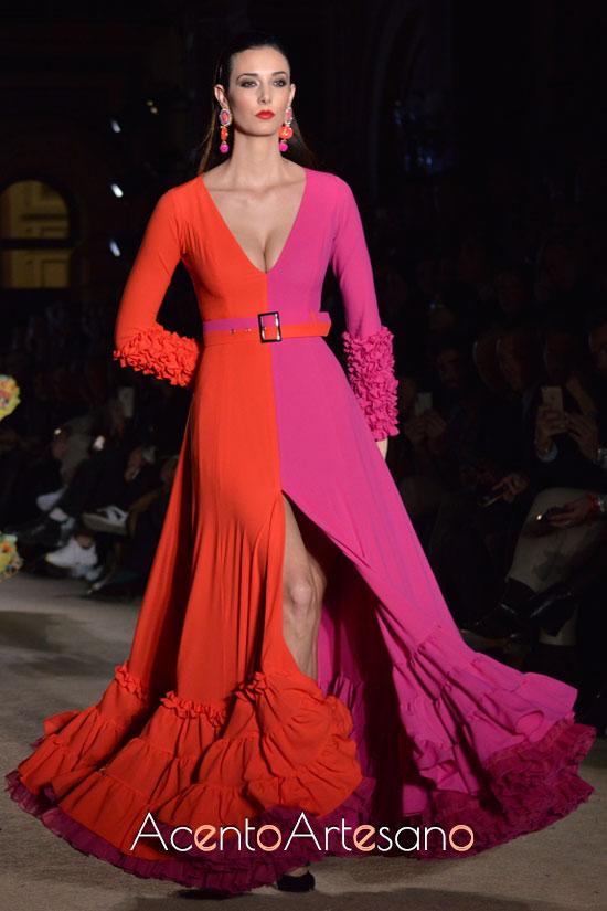 Traje de flamenca con abertura delantera en rojo y morado de Pablo Retamero y Juanjo Bernal