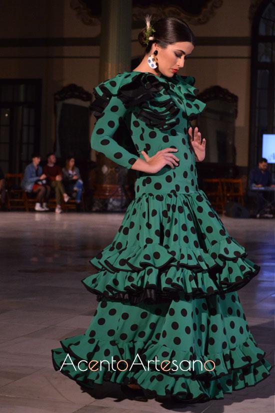 Traje de flamenca verde con lunares flocados  de Alba Calerón