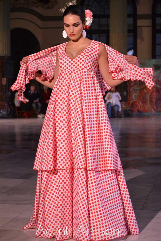 Traje de flamenca a juego con mantoncillo  de Alba Calerón