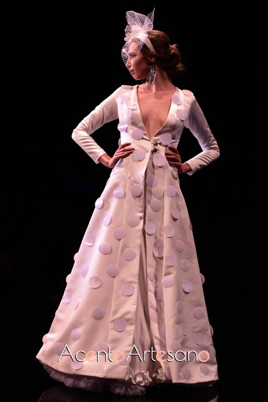 Traje de flamenca blanco de lunar colgado de Aurora Ruíz