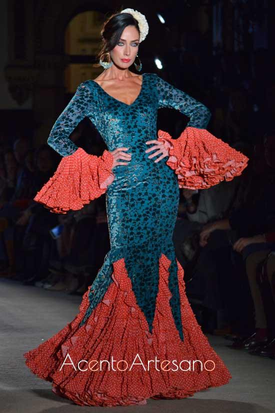 Traje de flamenca verde y naranja de Carmen Acedo