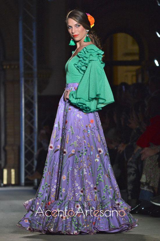 Traje de flamenca de sobre falda morada con bordados de colores y camisa flamenca verde de lunar blanco de El Ajolí
