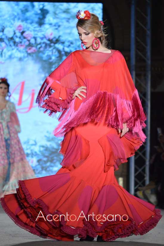 Traje de flamenca de dos piezas con poncho flecado y traje completo de manga larga en rojo de lunar morado de El Ajolí