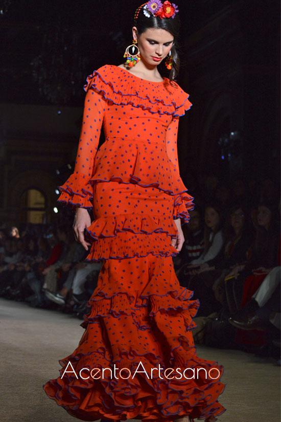 Traje de flamenca con peplum y volantitos en escote y talle de El Ajolí