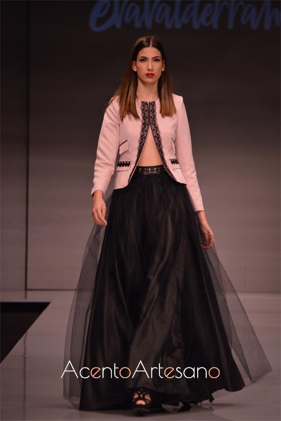 Falda negra de tul a juego con chaqueta corta de Eva Valderrrama