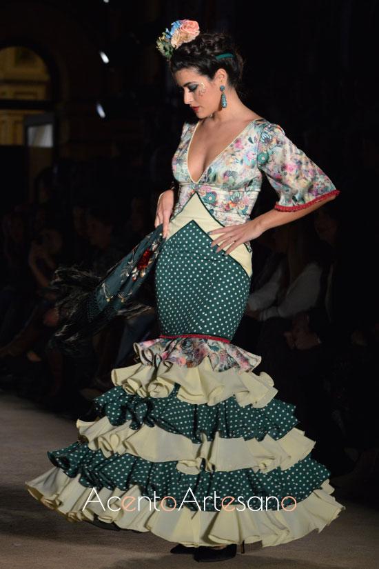 Traje de flamenca verde de lunar blanco y escote estampado de Lola Azahares