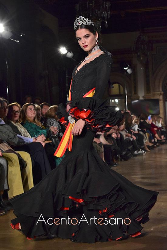 Traje de flamenca negro de enaguas rojas de Mario Gallardo
