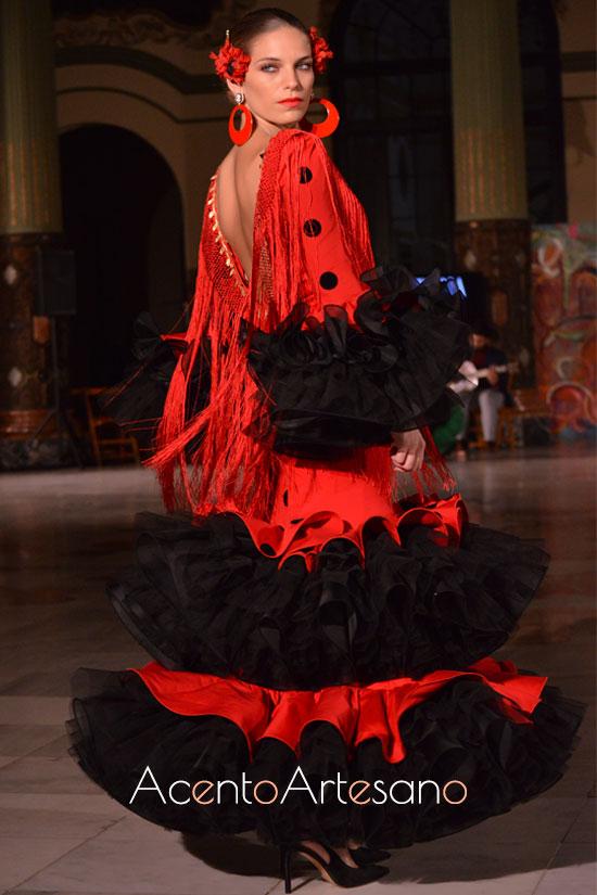 Traje de falmenca rojo y negro de volantes en la nueva colección de Victoria García para la Romería de la Virgen de la Cabeza