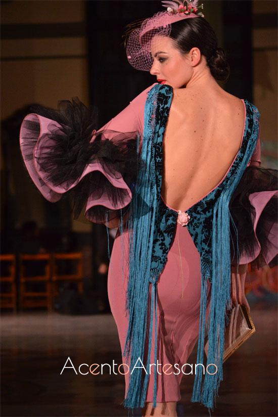 Vestido para invitadas de boda con escote flecado de Victoria García