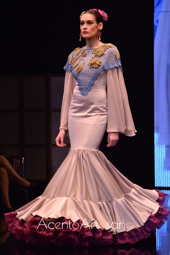 Traje de flamenca buganvilla con mantoncillo tricotado de Cristina Vázquez