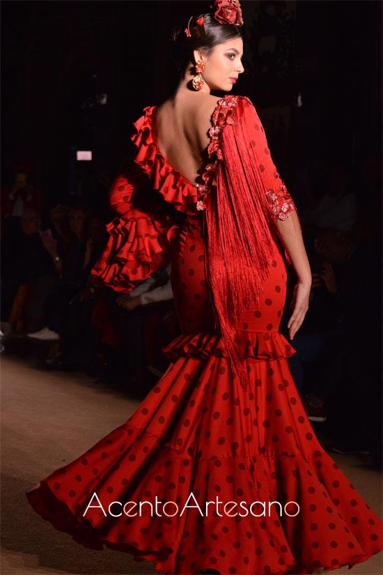 Traje de flamenca rojo con lunar flocado de volantes y flecos al escote de El Madroñal
