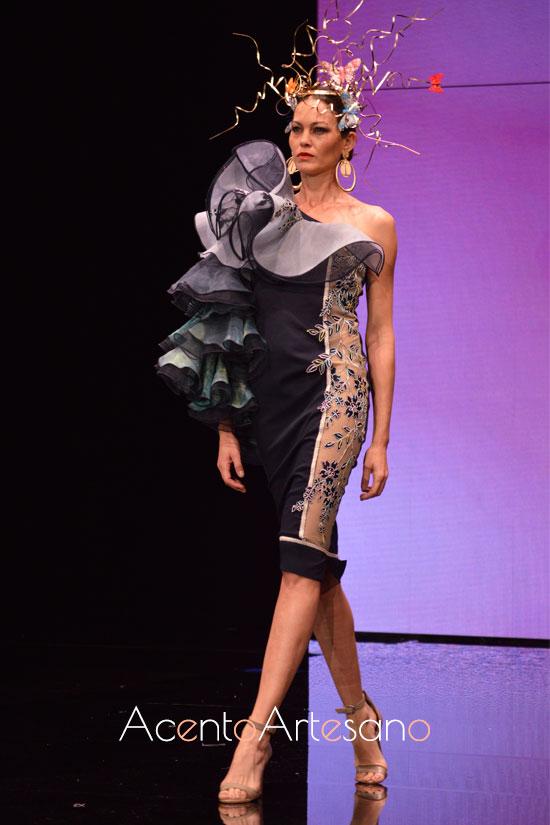 Vestido con escote asimétrico y volantes en hombro y manga de Francisco Tamaral