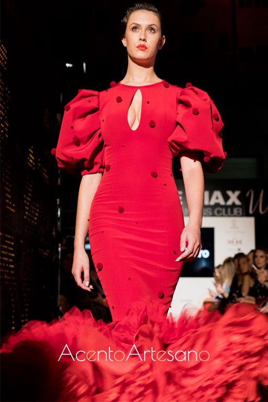Traje de flamenca de Ernesto Sillero con madroños en rojo