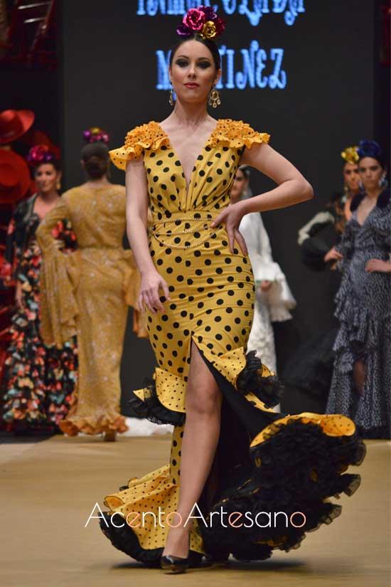 Traje de flamenca amarillo de lunar negro y sin mangas, abierto por delante, de Inmaculada Martínez