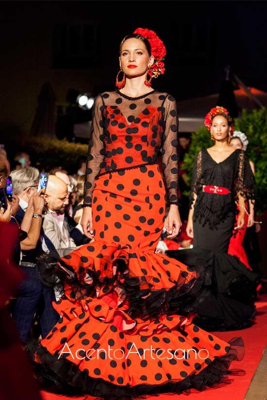 Traje de flamenca rojo de lunar negro de Loli Vera