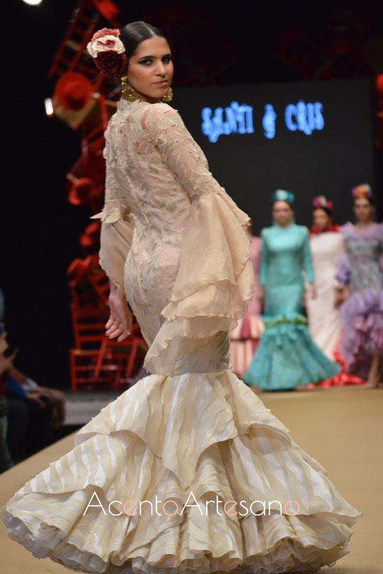 Traje de flamenca de vuelo en pañuelo de Santi & Cris en Pasarela Flamenca Jerez