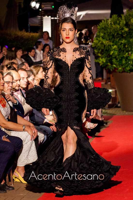 Traje de flamenca negro de terciopelo y plumeti de Teresa Ninúu Atelier