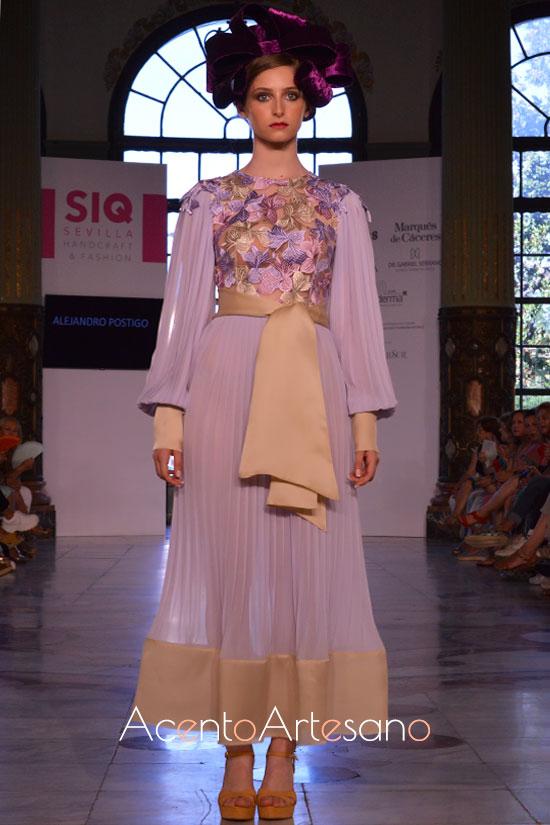 Vestido invitada en tono lila de Alejandro Postigo y tocado de Tolentino Hats