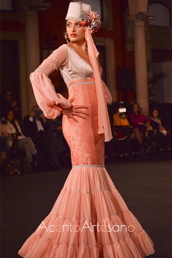 Traje de flamenca en tono salmón de Andrea Cobos