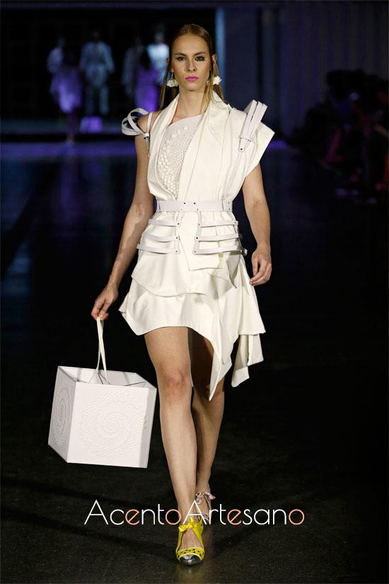Vestido blanco de vuelo pañuelo y asimetría en mangas de María Lafuente.