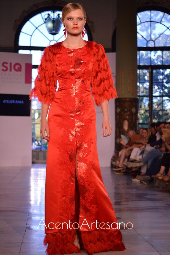 Vestido largo de fiesta en rojo con abertura delantera de Atelier Rima