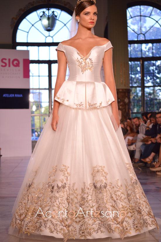 Traje de novia de dos piezas con escote de hombros caídos y sobre falda de tul bordada de Atelier Rima