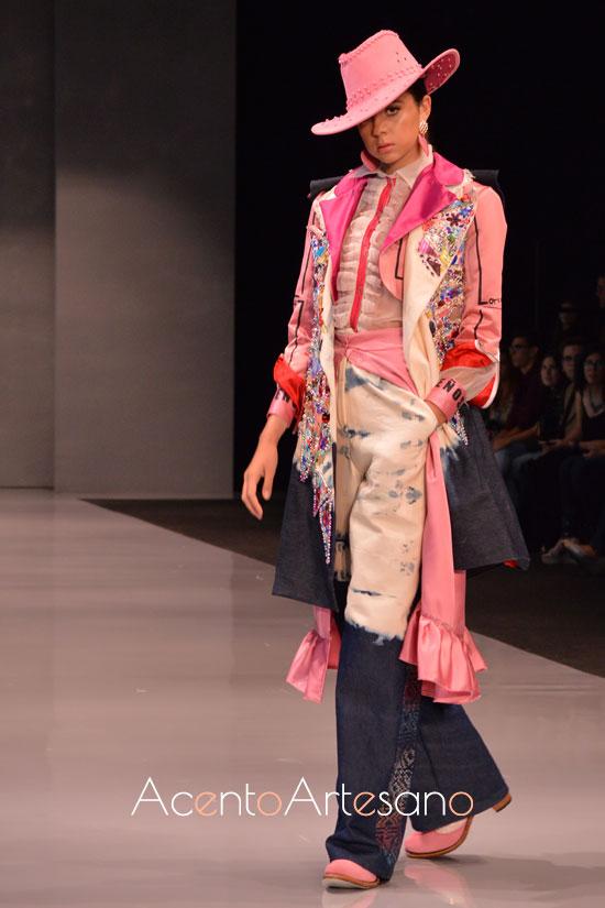 Estilismo de abrigo estilo country de Awita, ganadora de Code 41 Talent