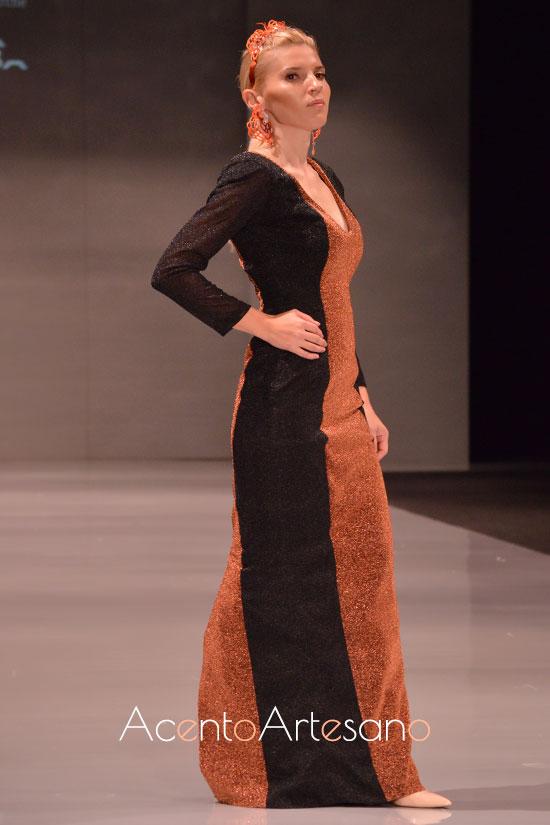 Vestido largo de Elena Bravo y pendientes de Gutagamba en Code 41 Talent