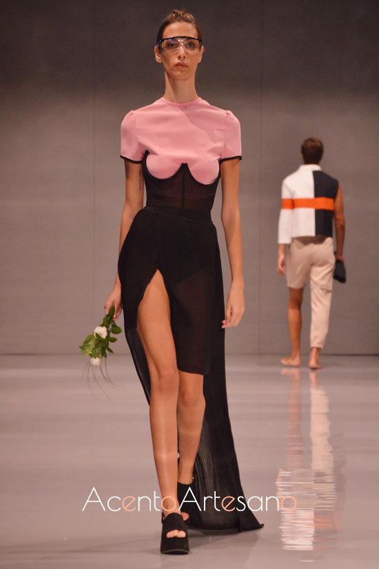 Vestido negro y rosa de silueta lápiz de Marta Ybaz