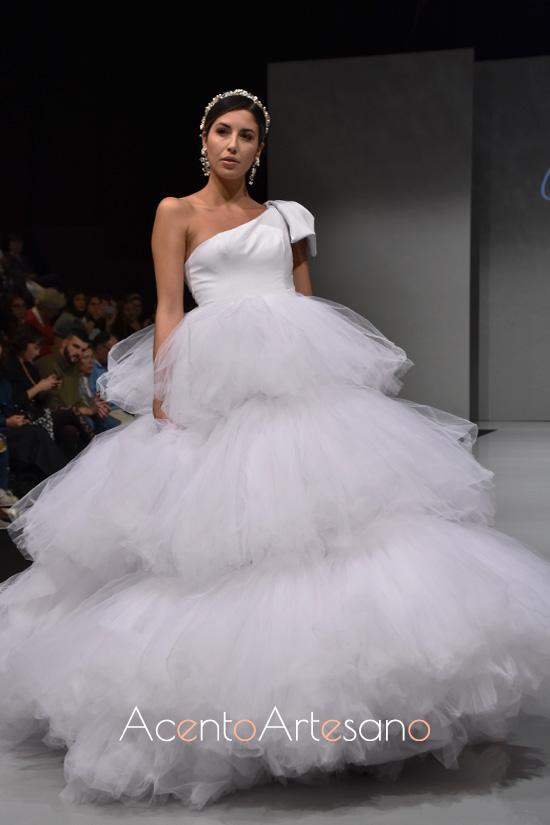 Vestido de novia con vuelo de tul de Carls Blanc en Sevilla de Boda 2019