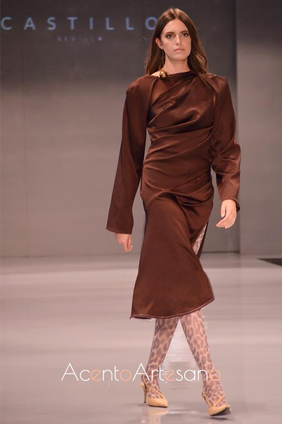 Vestido marrón con asimetrías y pliegues al talle de Castillo en Code 41 Trending