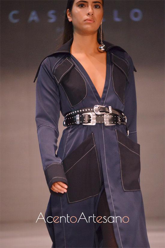 Abrigo de minimalismo retrto azul marino con detalles y bolsillos en negro de Castillo
