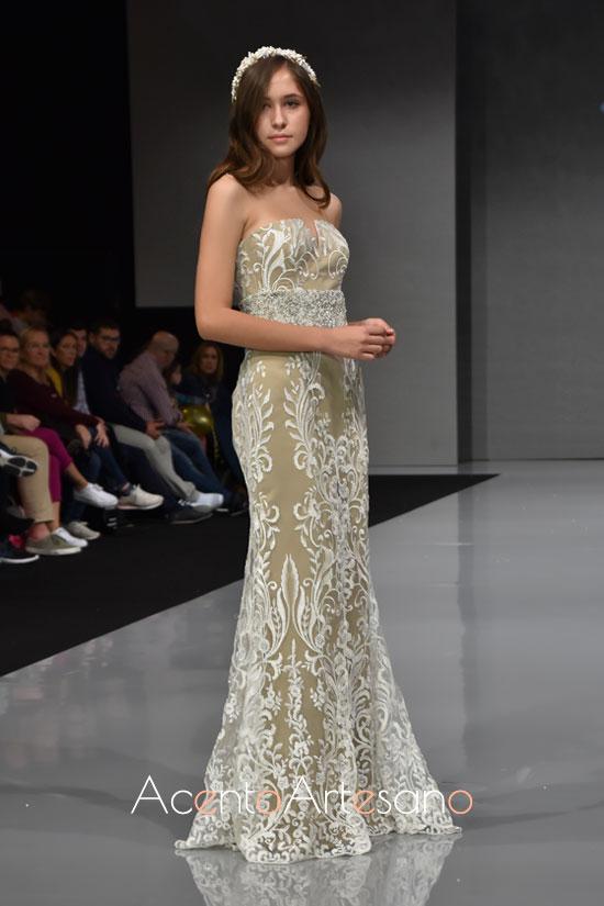 Traje de novia escote palabra de honor de Inma Castrejón en Sevilla de Boda 2019